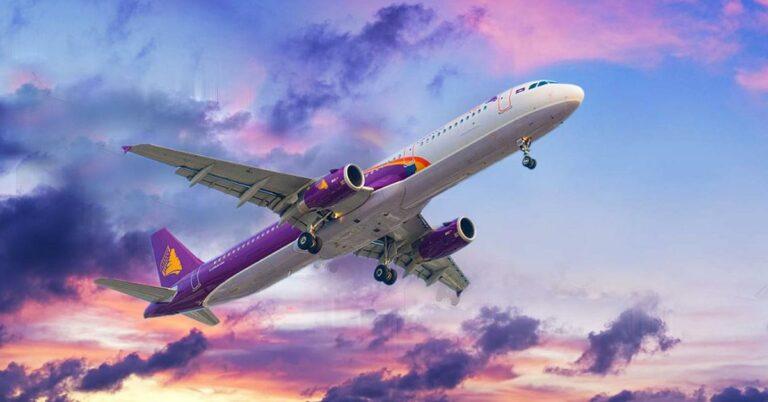 Flugzeug von Cambodia Angkor Air in der Luft.
