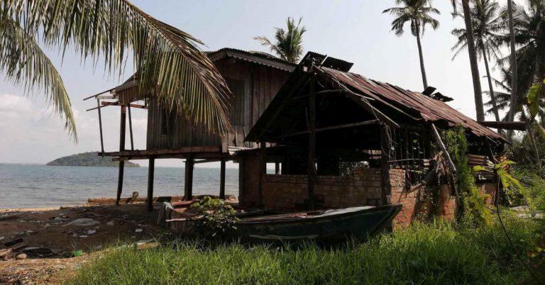 Verlassene Fischerhütte am Meer, auf der Insel Koh Tonsai.