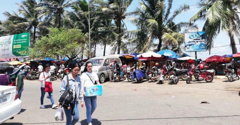 Lokale Touristen besuchen den Krabben-Markt in Kep, am Wochenende.