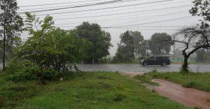 In Kep, die Road 33A bei starkem Regen.