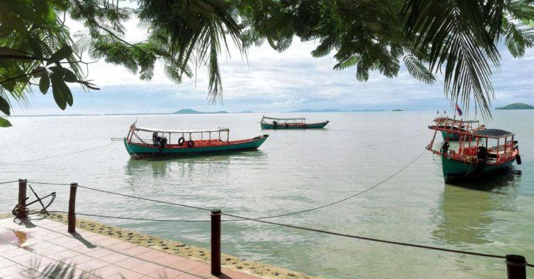 Fischerboote an der Küste von Kep, Kambodscha.