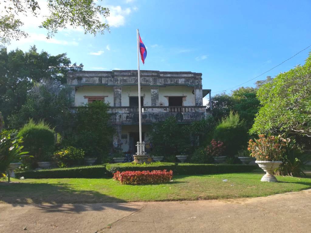 Zerschossenes Regierungsgebäude in Kep.