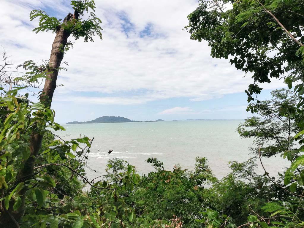 Aussicht auf das Meer und die Inseln, vor der Küste von Kep.