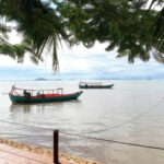 Ein paar Fischerboote an der Küste von Kep City.