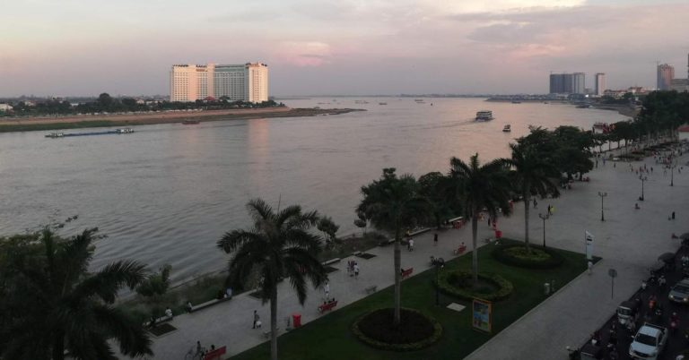 Abenddämmerung an der Riverside in Phnom Penh.