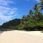 Weißer Sandstrand auf der Insel Chang in Thailand.