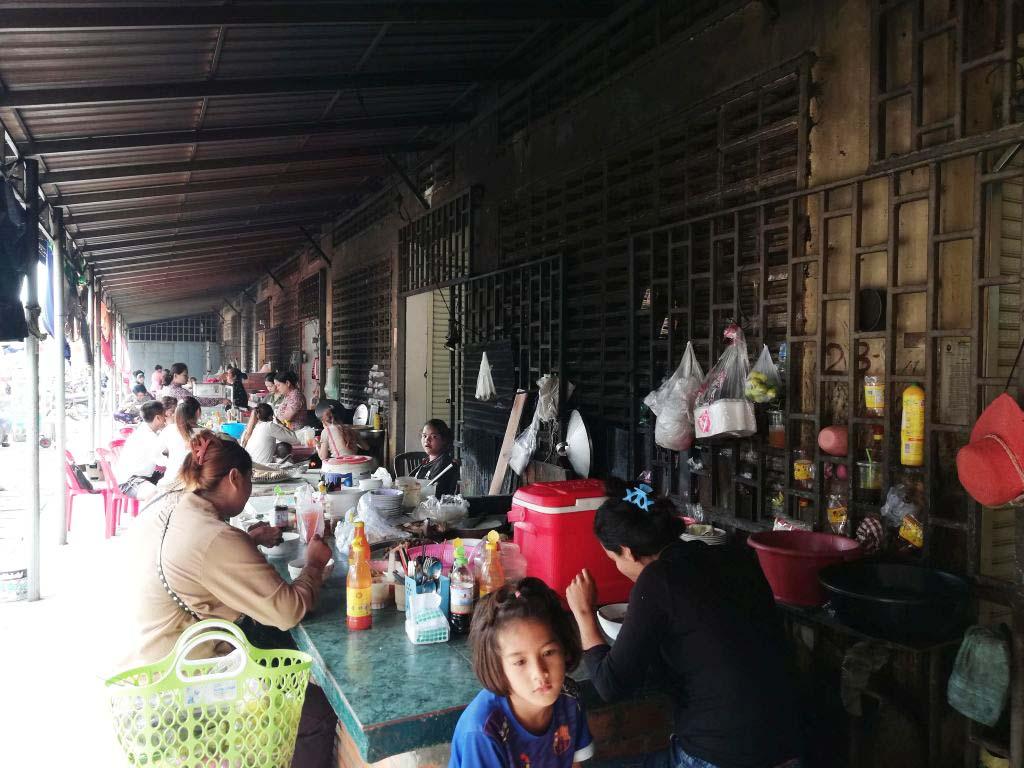 Eine Nudelsuppenküche auf dem Markt in Kep.