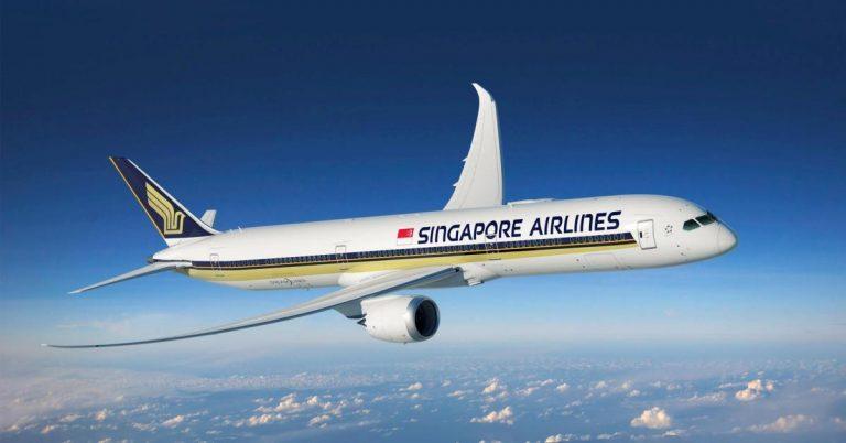 Ein Flugzeug von Singapore Airlines in der Luft.