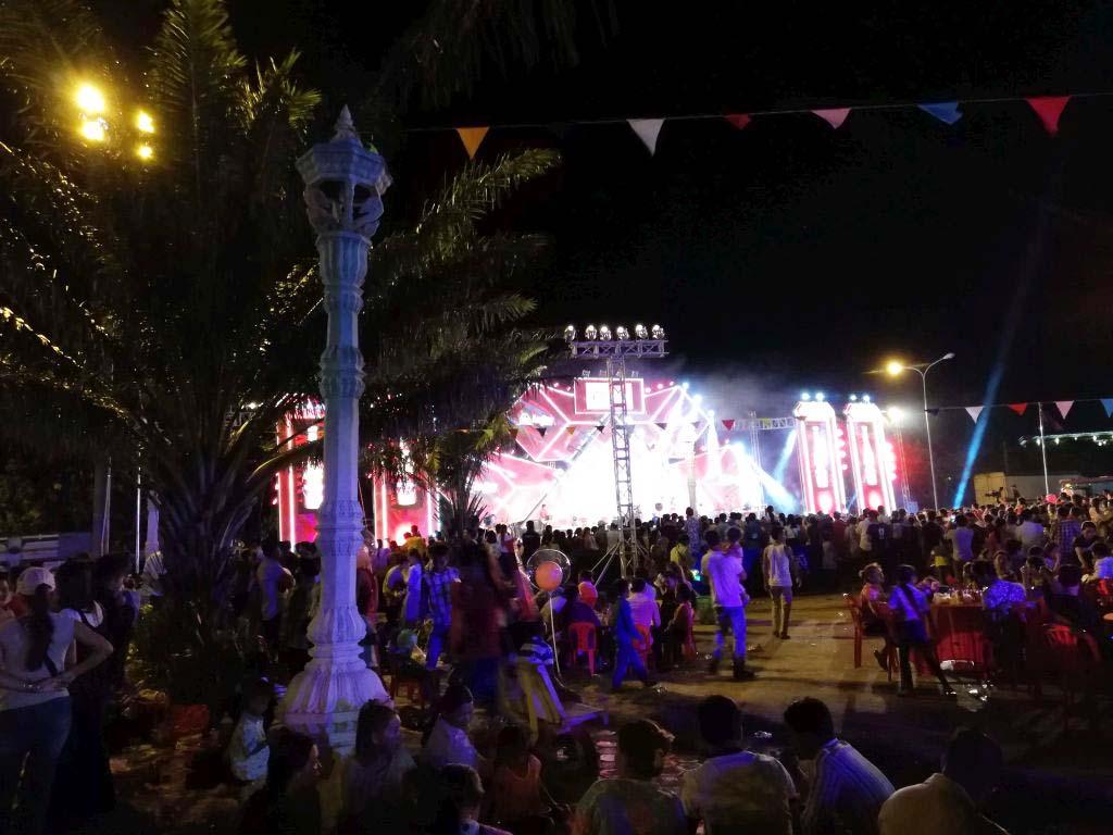 Ein Straßenfest mit großer Bühne in Kep.