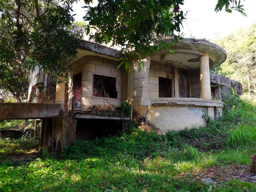 Eine seit langer Zeit verlassene Villa in Kep, Kambodscha.