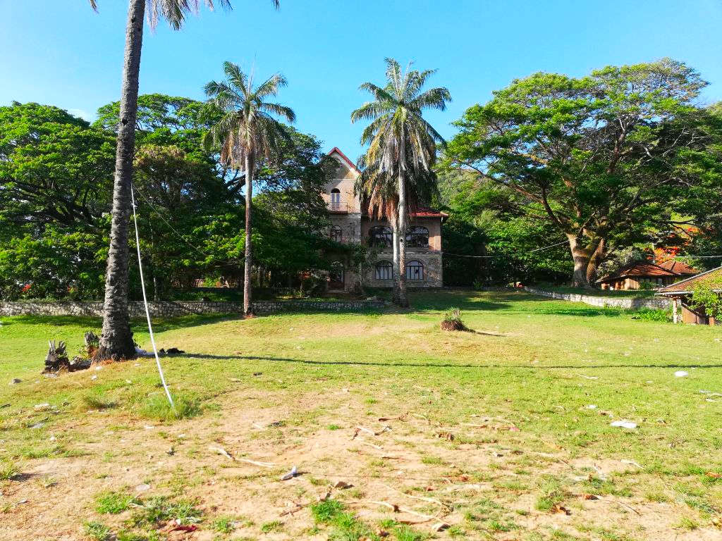 Eine verlassene französische Kolonial-Villa, nahe dem Strand, in Kep.