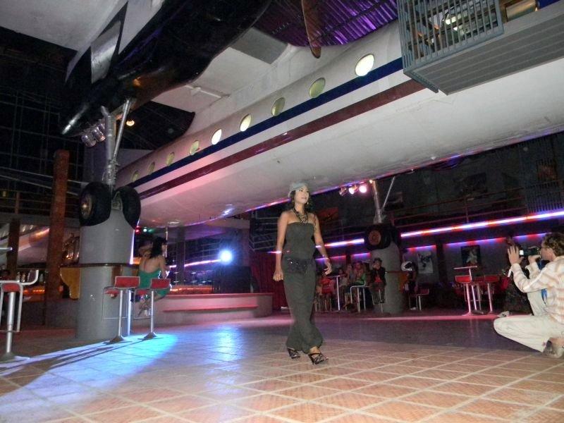 Ausrangierte Antonov 24B in einer Stand-Disco in Sihanoukville.