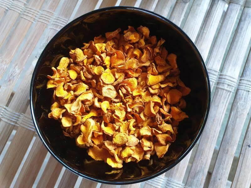 Getrocknetes Kurkuma für die Zubereitung von Tee.