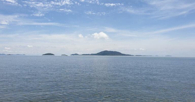 Koh Tonsai von der Küste aus gesehen.