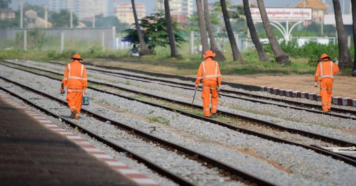 Arbeiter kontrollieren die Bahngleise der Strecke zwischen Phnom Penh und Sihanoukville.