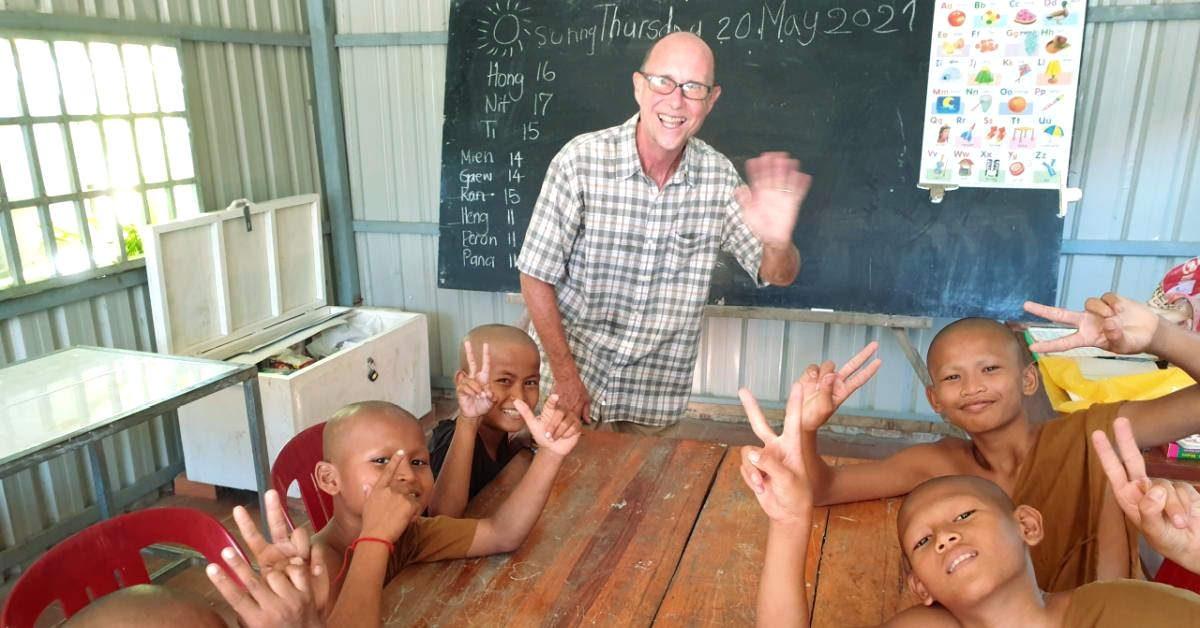 Die jungen buddhistischen Mönche erhalten kostenlosen Englischunterricht.