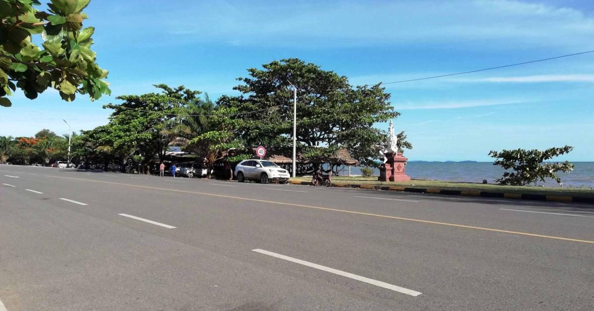 Die Road 33A in Kep verläuft parallel zum Meer.