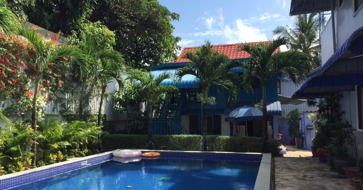 Schön gestaltetes Khmer-Haus mit Swimmingpool davor.