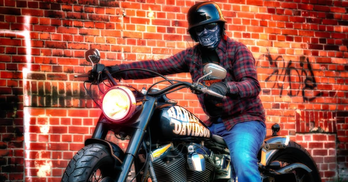 Rücksichtsloser Motorradfahrer in unserer Straße