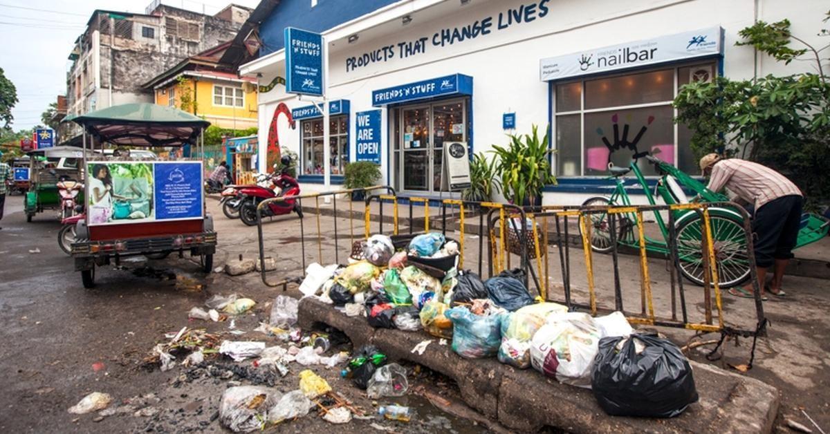Abfallberge in den Straßen von Phnom Penh.